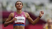 Sydney McLaughlinová v cíli olympijského finále běhu na 400 m překážek.