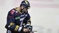 Liberecký kapitán Petr Nedvěd si upravuje hokejku. Bude i na mistrovství světa?