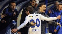 Davor Kukec z Baníku se na střídačce raduje z gólu. V