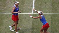 České tenistky Andrea Hlaváčková (vpravo) a Lucie Hradecká se radují z postupu do finále olympijských her.