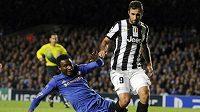 Útočník Juventusu Mirko Vučinič uniká Johnu Obi Mikelovi z Chelsea.