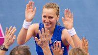 Petra Kvitová se raduje s českou lavičkou z vydřeného postupu.