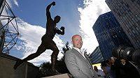 Někdejší útočník Alan Shearer pózuje před novou sochou u stadiónu. St. James' Park.