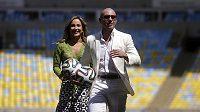 Brazilská zpěvačka Claudia Leitteová a americký rapper Pitbull na stadiónu Maracaná.