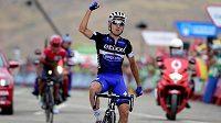 Gianluca Brambilla oslavuje triumf v 15. etapě Vuelty. Vzadu lídr průběžného pořadí Nairo Quintana.