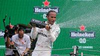 Lewis Hamilton slaví vítězství.