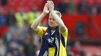 Sebastian Larsson ze Sunderlandu děkuje vlastním příznivcům, kteří podpořili Černé kočky na Old Trafford při výhře 1:0 nad Manchesterem United.