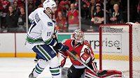 Ryan Kesler střílí Anttimu Raantovi vítězný gól Vancouveru v utkání s Chicagem.