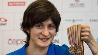 Rychlobruslařka Martina Sáblíková s medailemi z mistrovství světa v Kolomně dne 15. února 2016 na letišti Václava Havla v Praze.