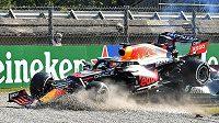 Kokpit Hamiltonova mercedesu se ocitl přímo pod zadním kolem Verstappenova auta.
