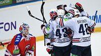 Hokejisté Magnitogorsku oslavují gól během 4. utkání finále play off KHL proti Lvu Praha.