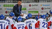 Česká hokejová reprezentace dostává pokyny od trenéra Pešána během zápasu Euro Hockey Challenge se Slovenskem.