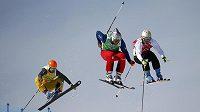 Český skikrosař Tomáš Kraus v osmifinálové jízdě na olympiádě v Soči. Vlevo Němec Florian Eigler, vpravo Slovinec Filip Flisar.