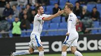 Tomáš Sivok (vlevo) gratuluje střelci Bořku Dočkalovi ke gólu v utkání proti Kazachstánu.