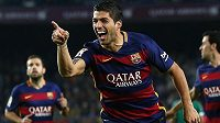 Luis Suárez se spoluhráči z Barcelony oslavuje svoji trefu do sítě Eibaru.