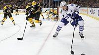 Zdeno Chára (33)) v dresu Bostonu a Tyler Bozak (42) z Toronta v utkání NHL.