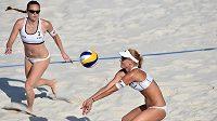 Kiki a Maki - Kristýna Kolocová (vlevo) a Markéta Sluková během turnaje světového okruhu žen v plážovém volejbale na Štvanici.