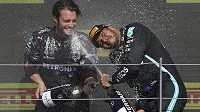 Radost v podání Lewise Hamiltona, šampiona F1. Za neuctivé a nesportovní označil nizozemský jezdec Max Verstappen vítězné oslavy Lewise Hamiltona po Velké ceně Británie