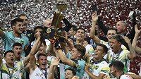 Fotbalisté argentinského celku Defensa y Justicia s trofejí pro vítěze jihoamerického Superpoháru.