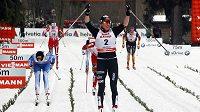 Polská běžkyně na lyžích Justyna Kowalczyková se raduje v cíli závodu.