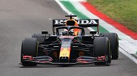 Max Verstappen na cestě k triumfu při GP Emilia Romagna.