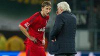 Stefan Kiessling (vlevo) hovoří po utkání v Hoffenheimu se sportovním ředitelem Leverkusenu Rudim Völlerem.