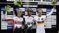 Závod Světového poháru horských kol ve sprintu v Novém Městě na Moravě - zprava třetí Němec Simon Gegenheimer, vítěz Brit Kenta Gallagher a druhý Němec Christian Pfaffle.