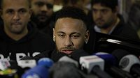 Brazilský fotbalista Neymar odpovídá novinářům na otázky v kauze údajného znásilnění, z něhož ho obvinila modelka Najila Trindadeová.