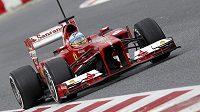 Fernando Alonso ze stáje Ferrari na trati v Montmelu.