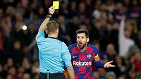 Barcelonský Lionel Messi dostává žlutou kartu v duelu s Dortmundu.