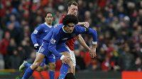Evertonský Marouane Fellaini v souboji s Philem Jonesem z Manchesteru United.