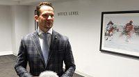 Kvůli zdravotním problémům se český hokejista Patrik Eliáš chodí na zápasy Devils jen dívat.