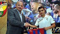Arménský reprezentant Edgar Malakjan po podpisu smlouvy s generálním manažerem plzeňské Viktorie Adolfem Šádkem.