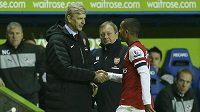 Theo Walcott z Arsenalu si podává ruku s trenérem Arsénem Wengerem. Budou stejně jednat i po podpisu nové Walcottovy smlouvy?