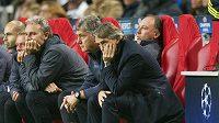 Zklamaná lavička Manchesteru City v čele s trenérem Robertem Mancinim (vpravo).