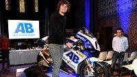 Motocyklový závodník Karel Abraham (vlevo) představil novou motorku pro nadcházející sezónu.