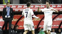 Andrea Cossu a Marco Sau (vpravo) z Cagliari oslavují gól do sítě Interu Milán.