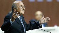 Kontroverzní Švýcar Sepp Blatter povede FIFA minimálně do prosince.