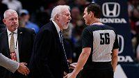 Trenérská legenda San Antonia Spurs Gregg Popovich diskutuje s rozhodčím o svém vyloučení.