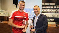 Zleva Michael Krmenčík a Romana Pivarník s cenami pro Hráče, respektive Trenéra měsíce.