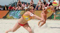 Turnaj Superpoháru v plážovém volejbalu v Doksech - Markéta Sluková a Kristýna Kolocová (vlevo) z Česka.