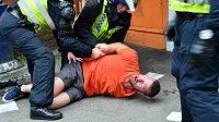 Policejní zásah proti fotbalovému chuligánovi - ilustrační foto.