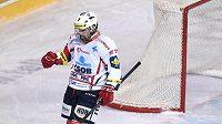Pardubický útočník Michael Špaček oslavuje druhý gól svého týmu během utkání na Spartě.