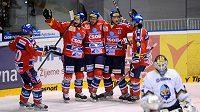 Hráči Pardubic se radují z gólu (zleva) Tomáš Rolinek, Jan Starý, autor vyrovnávací trefy Pavel Brendl, Aleš Píša a Travis Gawryletz.