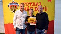Michal Bílek (vpravo) dekoroval nejlepšího střelce přeboru mladších žáků Petra Müllera z FC Háje JM.
