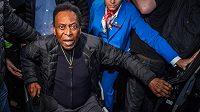 Legendárního fotbalistu Pelého trápí problémy s kyčlemi.