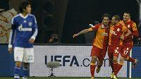 Hamit Altintop (vlevo), Wesley Sneijder (uprostřed) a Burak Yilmaz z Galatasaraye se radují z branky v utkání proti Schalke.