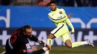Barcelonský Neymar překonává brankáře Atlétika Madrid Jana Oblaka v pohárovém utkání.