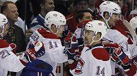 Útočník Montrealu Tomáš Plekanec se raduje se spoluhráči z gólu proti New Yorku Islanders.
