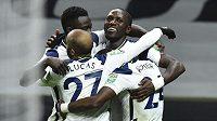 Radost hráčů Tottenhamu po gólu, který dal Moussa Sissoko.